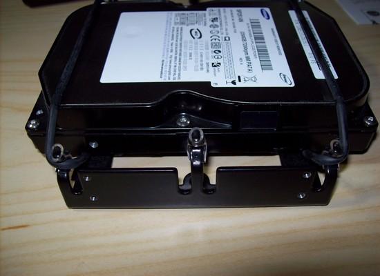 Eingeschobene und eingespannte Festplatte - Sharkoon HDD Vibe Fixer