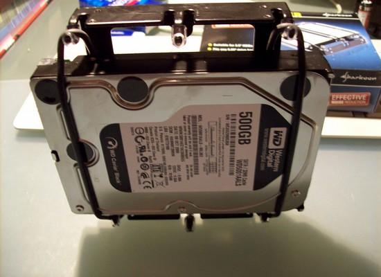 Test der sicheren Einspannung von einer Festplatte im Sharkoon HDD Vibe Fixer